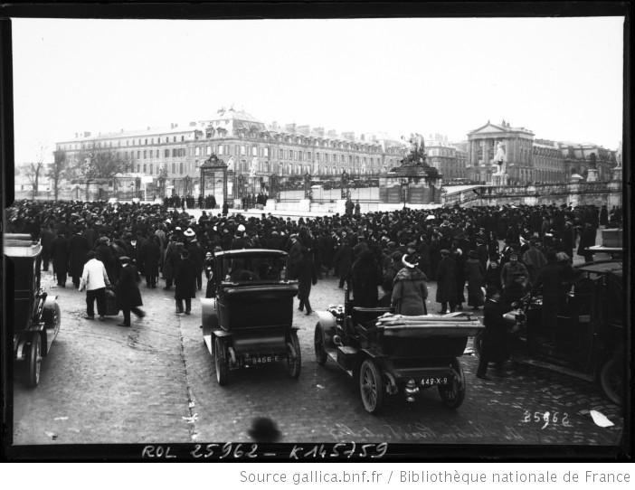 Versailles-election-presidentielle-la-foule-devant-le-chateau-17-01-1913-Agence-Rol-Gallica-BnF