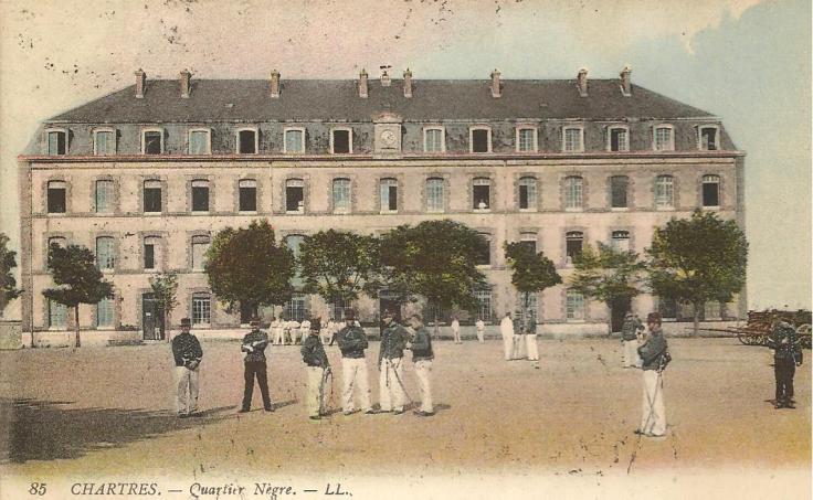 L'école d'aviation de Chartres est hébergée par le 4ème escadron du Train au quartier Neigre (ou Nègre ? ) à Chartres