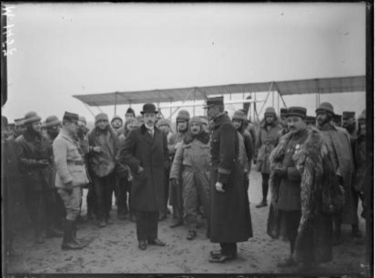 René Besnard, sous secrétaire d'Etat à la guerre, visite l'école d'aviation de Chartres
